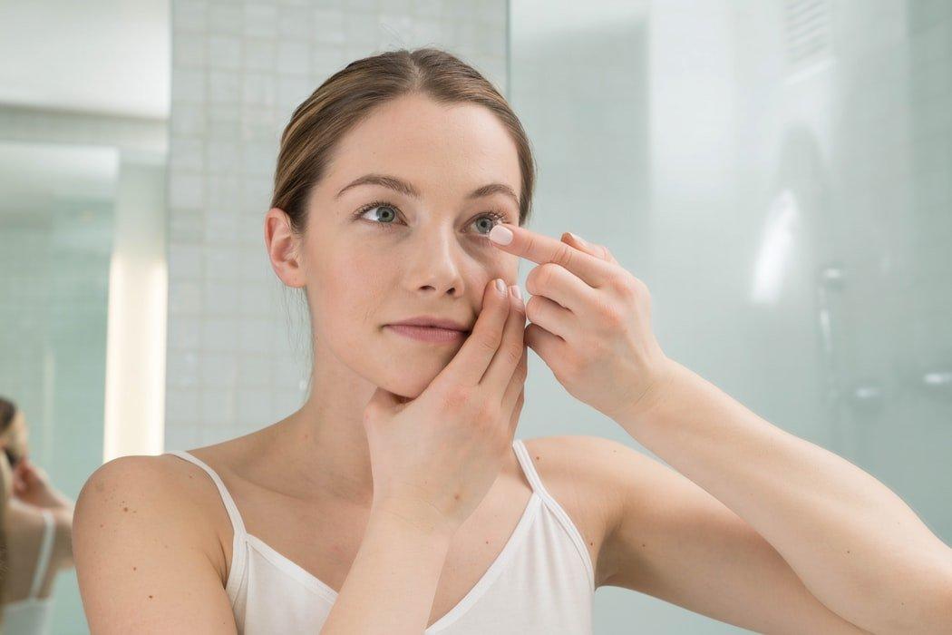 foto di donna con le lenti a contatto