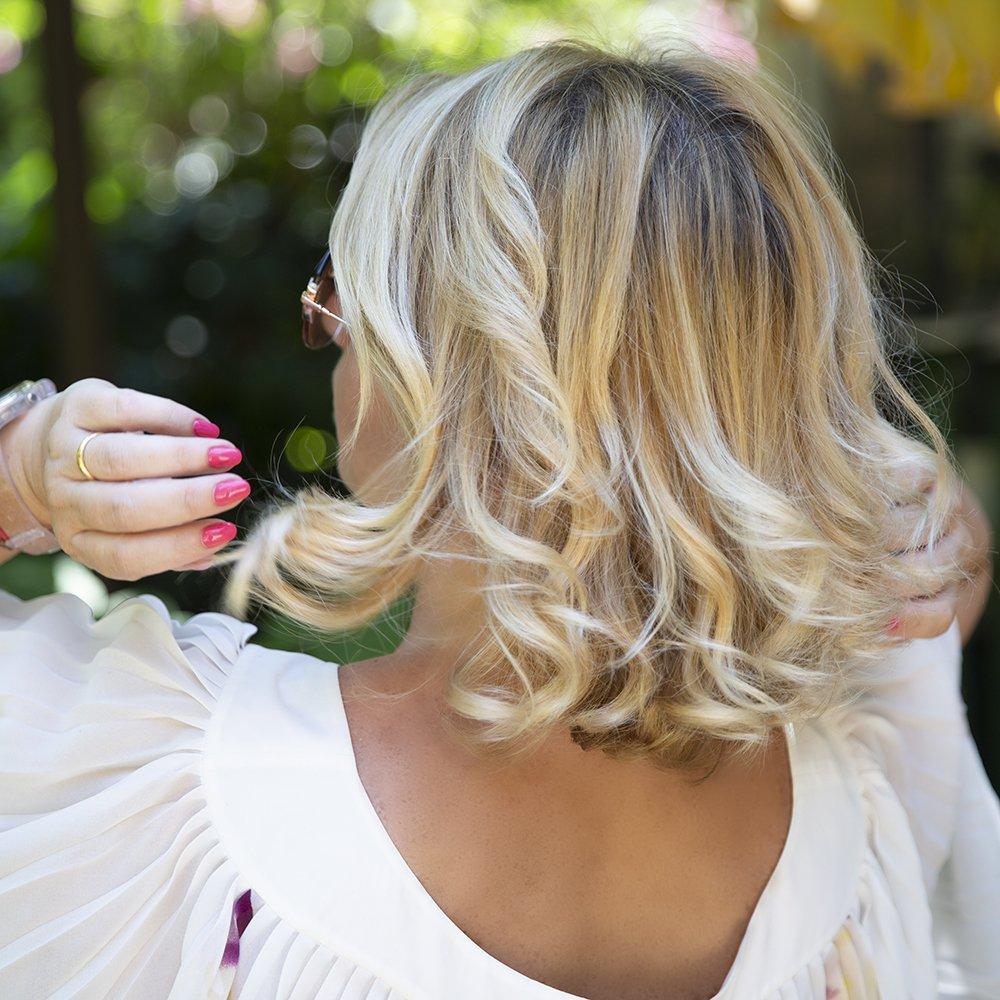 Foto di capelli e dell'utilizzo dell'olio per capelli