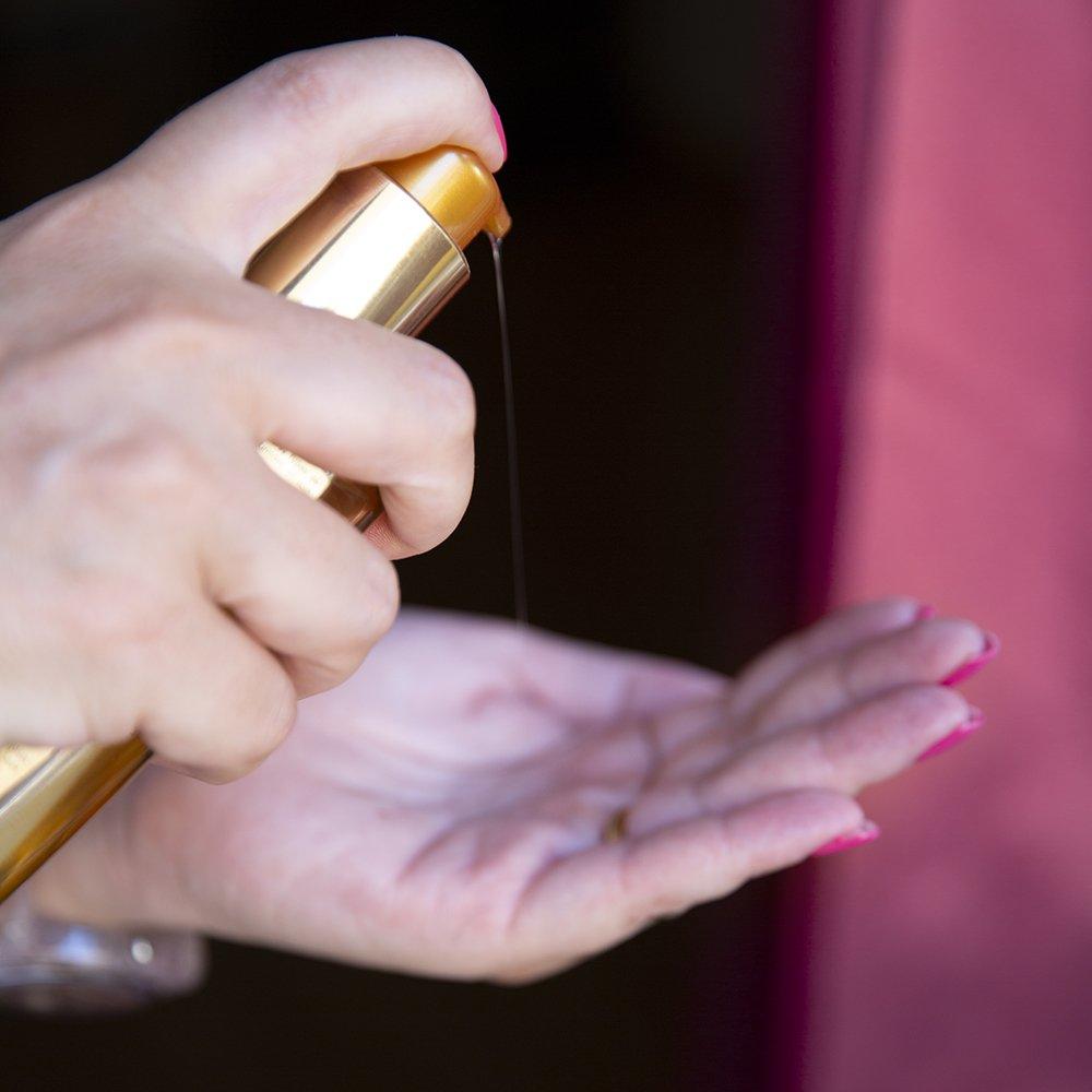 Foto dell'applicazione dell'olio per capelli