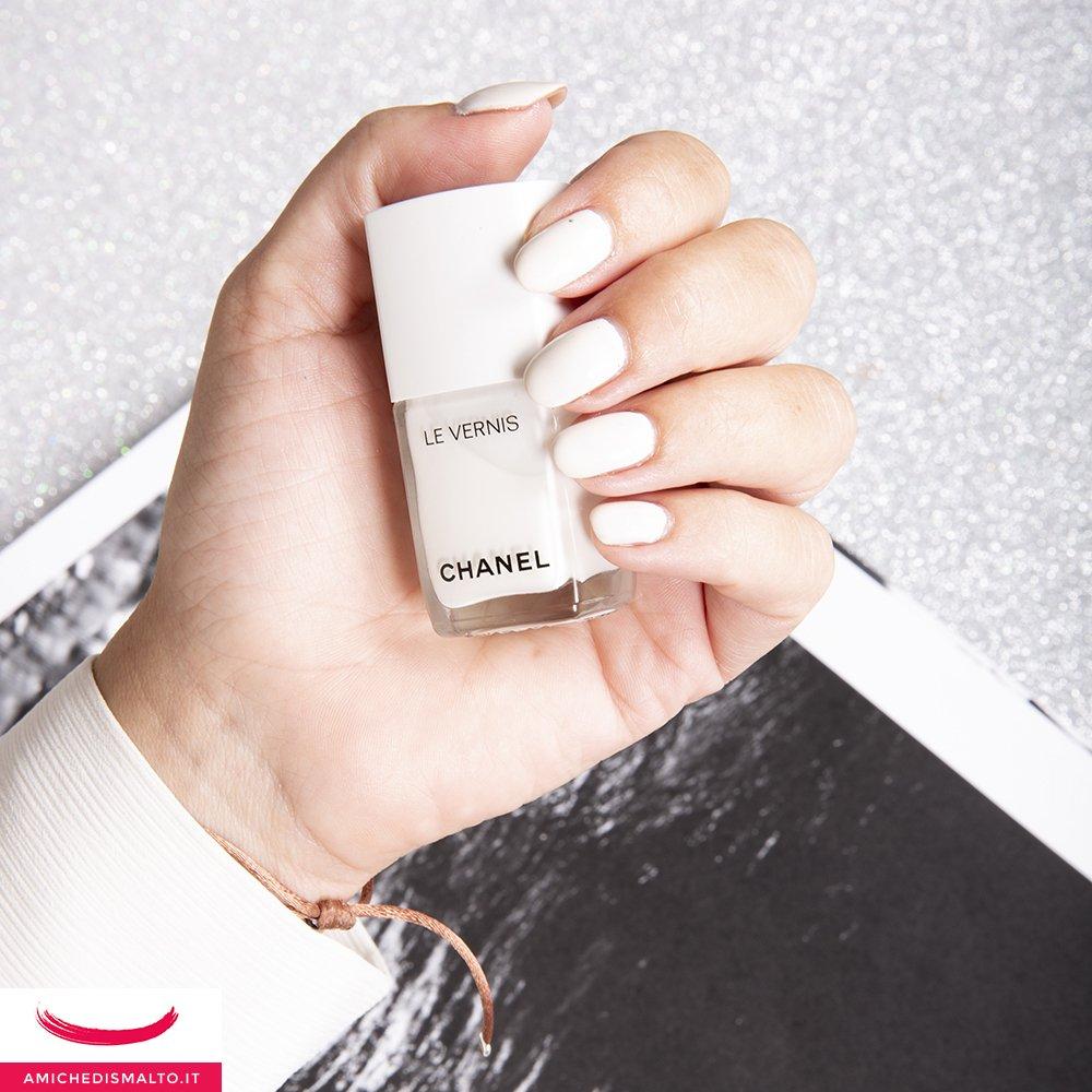 foto dello smalto bianco di Chanel
