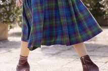 Foto di gonna in tartan per look casual chic