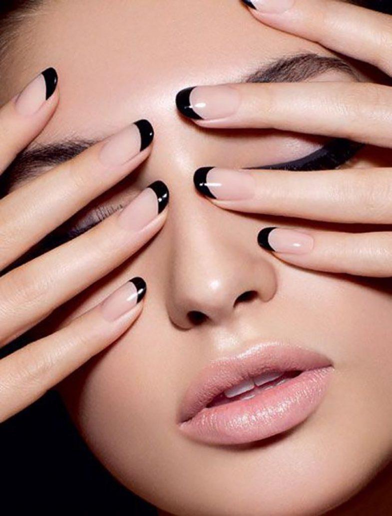 Foto di manicure con lo smalto nero