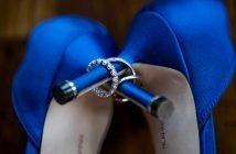 Foto di scarpe blu, il colore moda del 2020