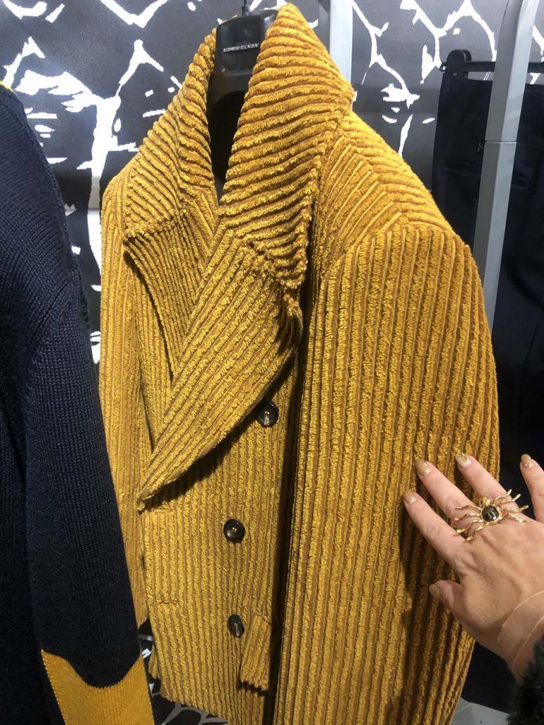 Immagine di giacca in velluto ocra di Alessandro Dell'Acqua