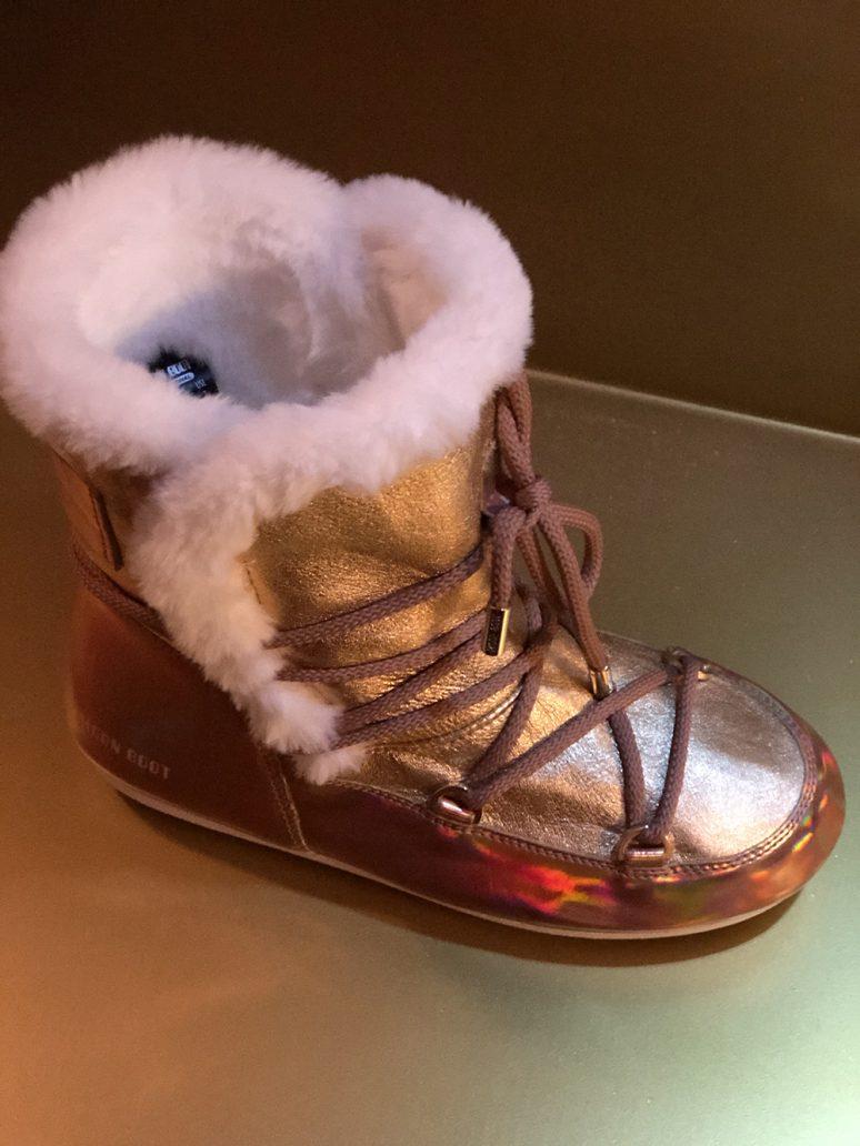 foto di scarponcini in pelliccia Moon Boot laminati