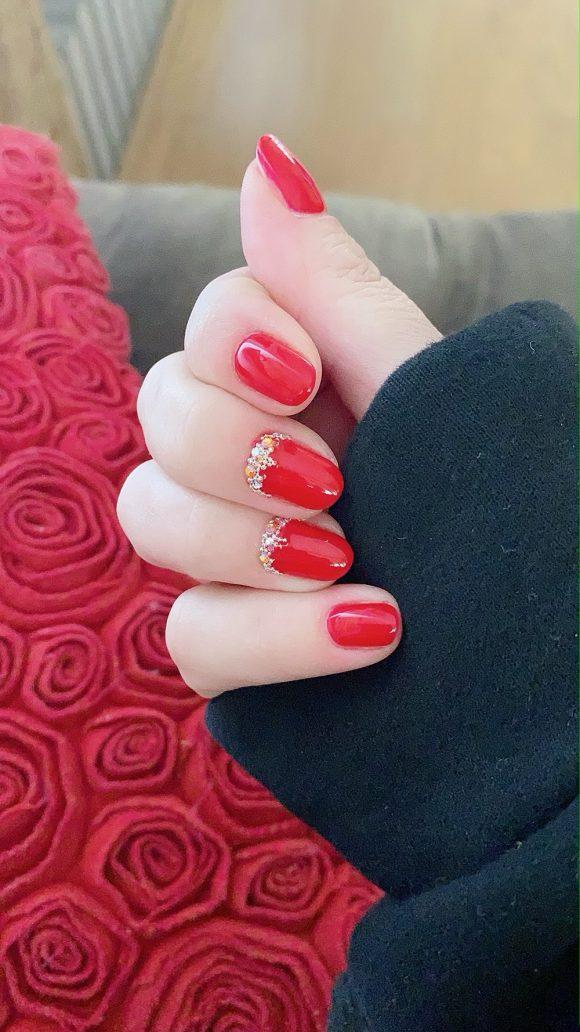 Foto di unghie natalizie con applicazioni gioiello