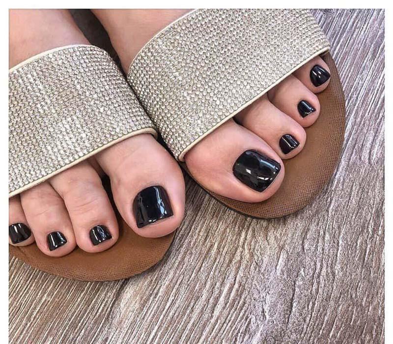 Foto di smalto nero sui piedi