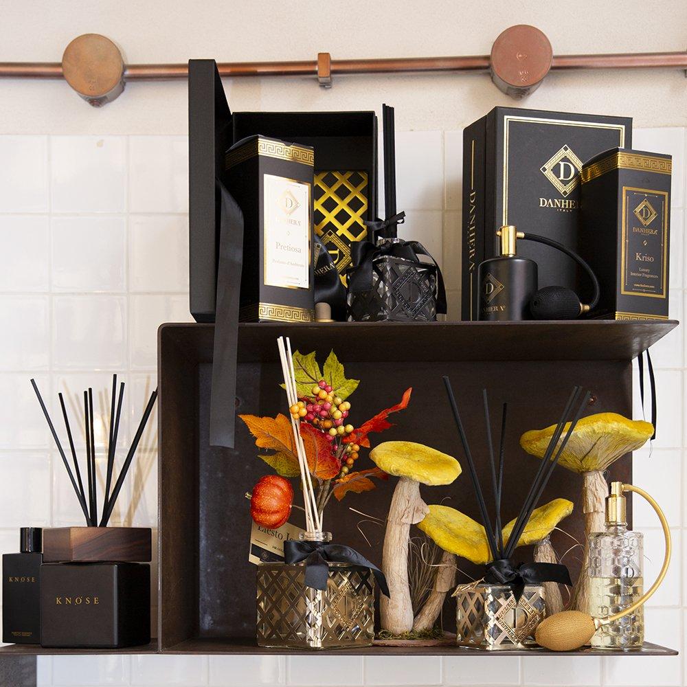 Foto dei profumi per la casa con i diffusori con i bastoncini