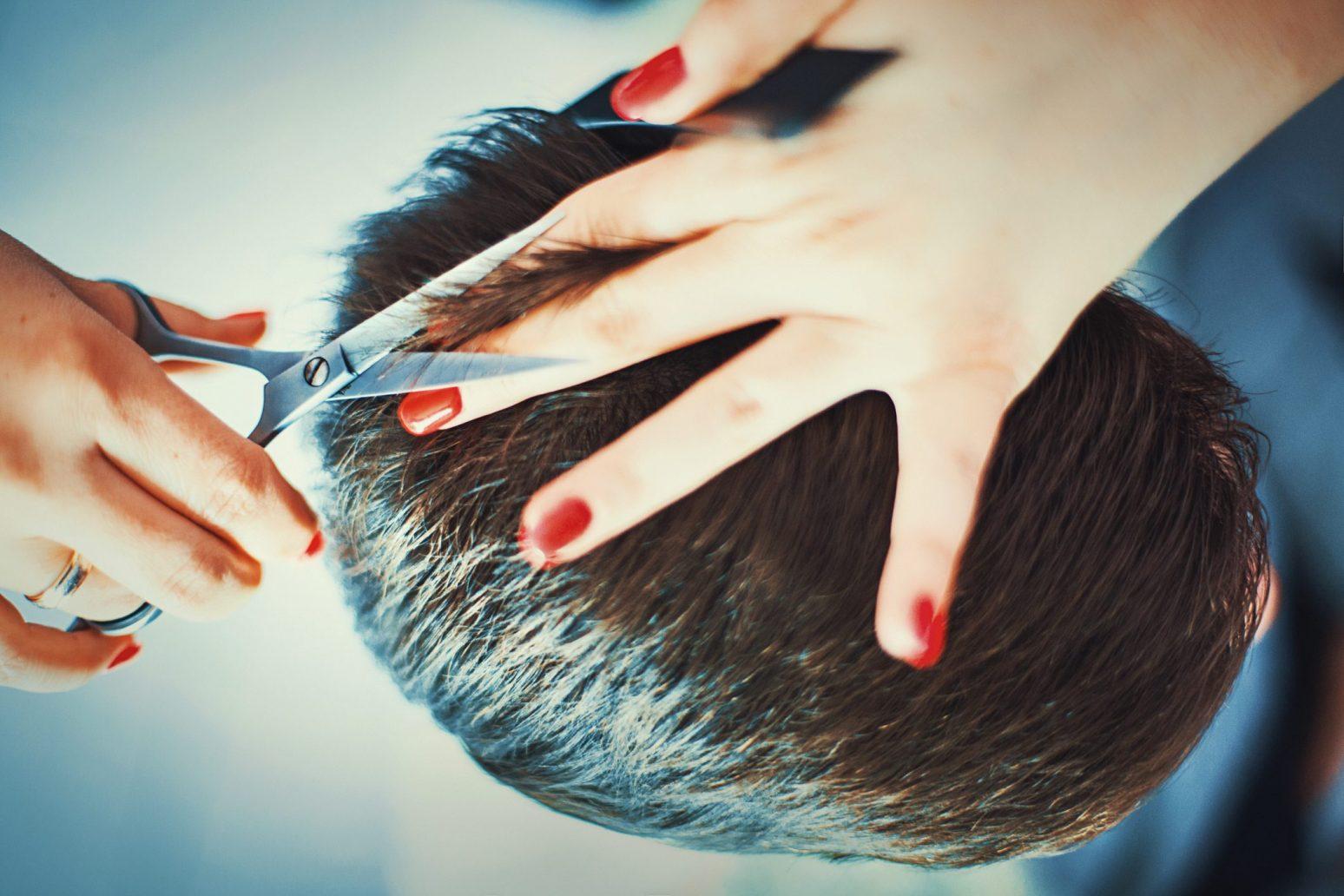 Foto di taglio capelli uomo con forbici