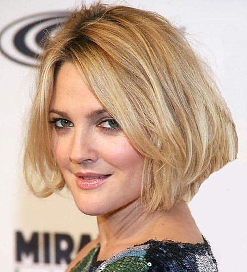 Foto di taglio capelli scalati con riga in mezzo