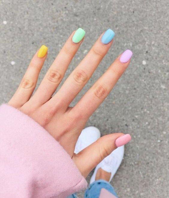 Foto di unghie colorate pastello.