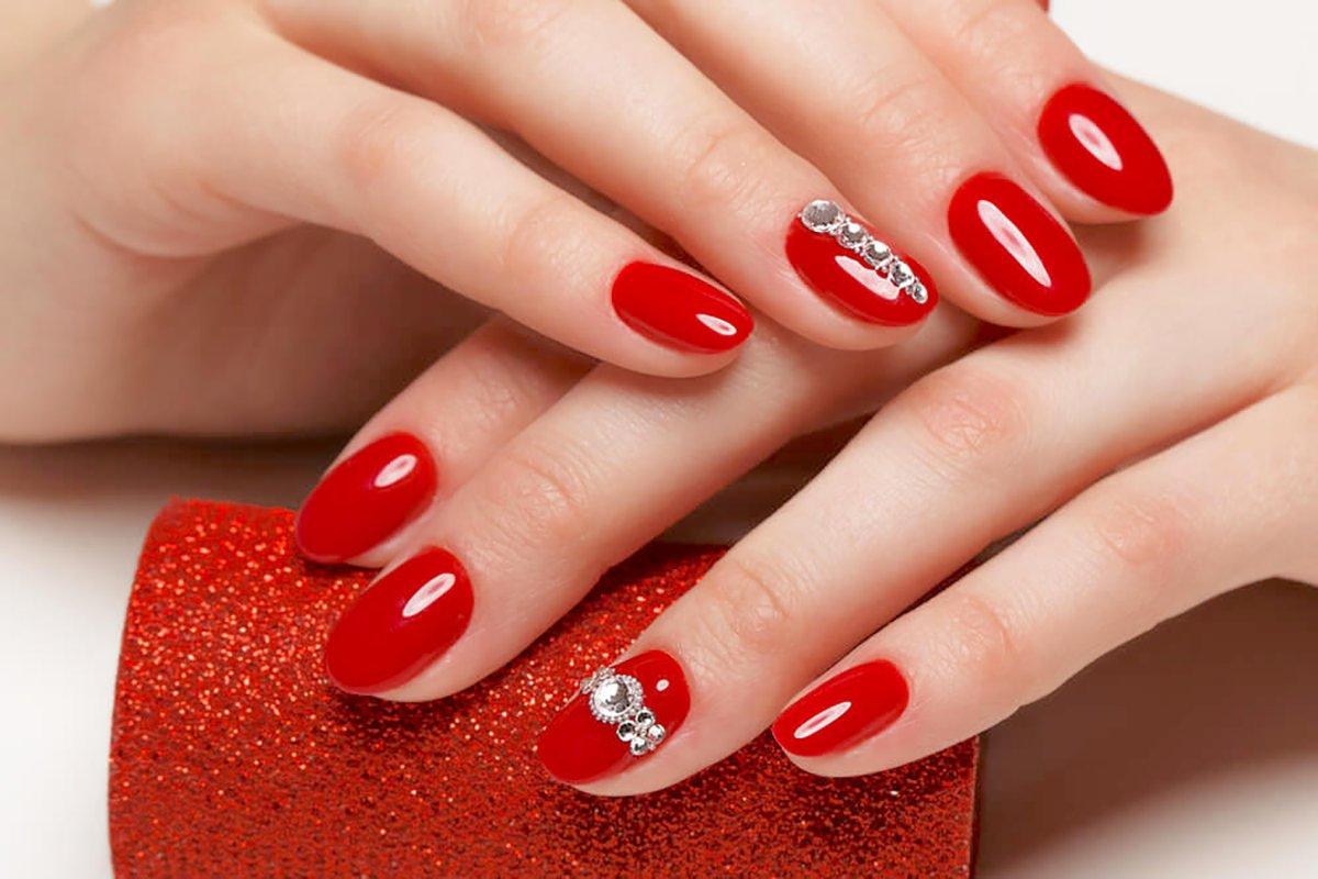 Foto di nail art con gioielli