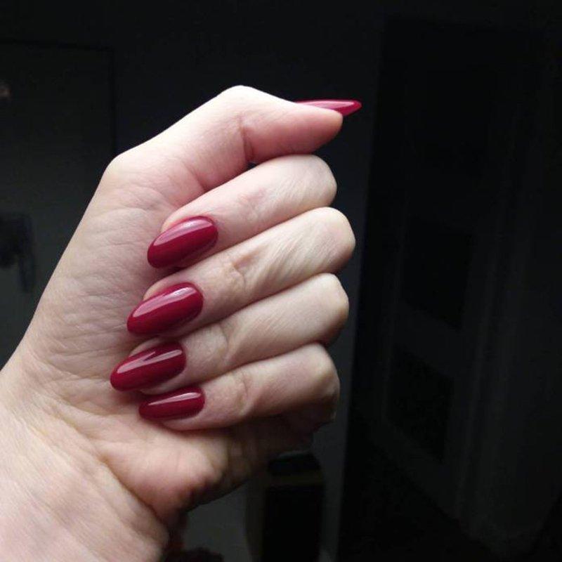 Foto di unghie rosse e di smalto black cherry