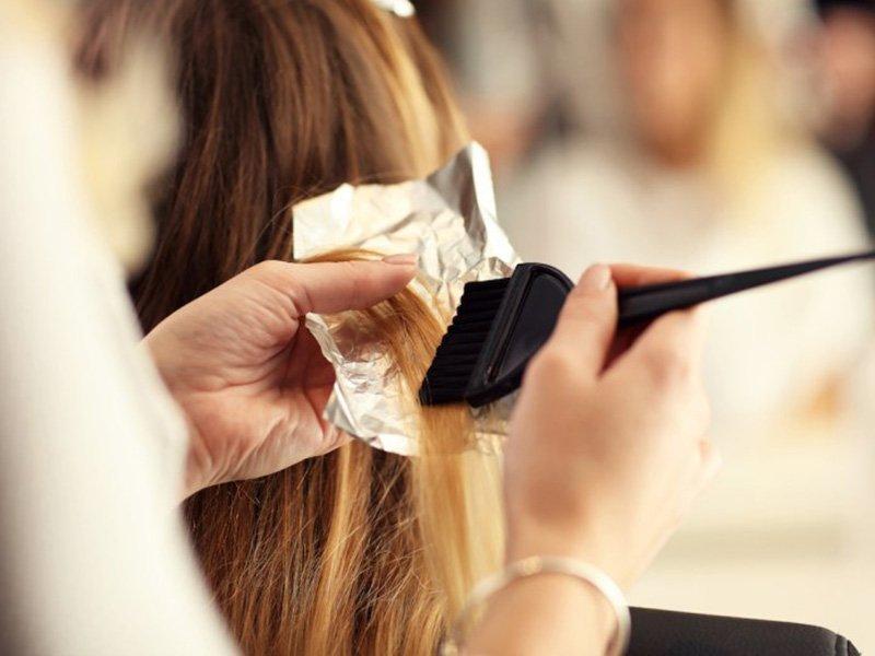 Foto di applicazione trattamento alla cheratina capelli