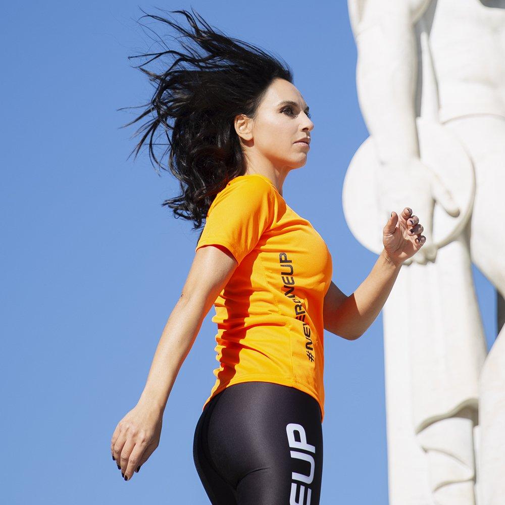 Foto di t-shirt arancione Never Give Up