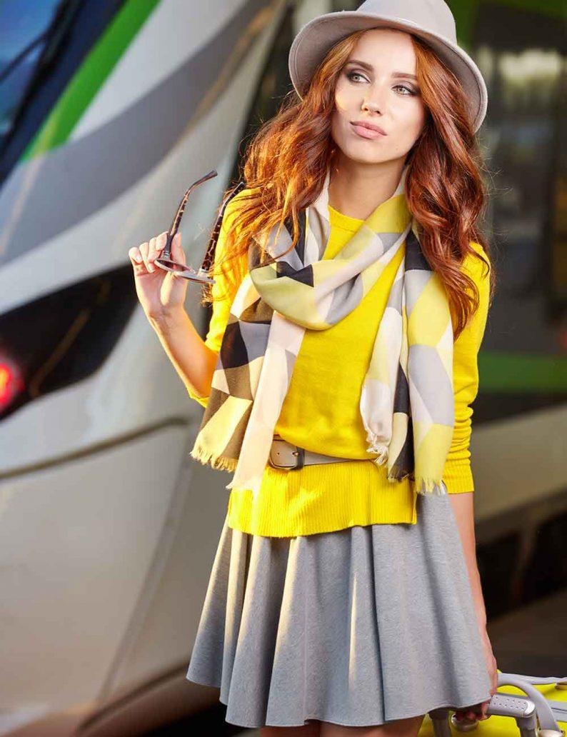 Foto di outfit giallo grigio tra i colori moda primavera estate 2021