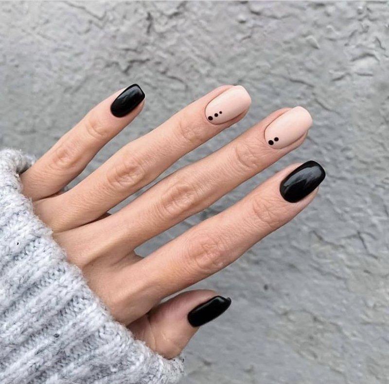 Foto di manicure con unghie nere e rosa