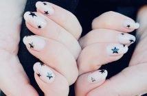 Foto di unghie nere e rosa con stelline
