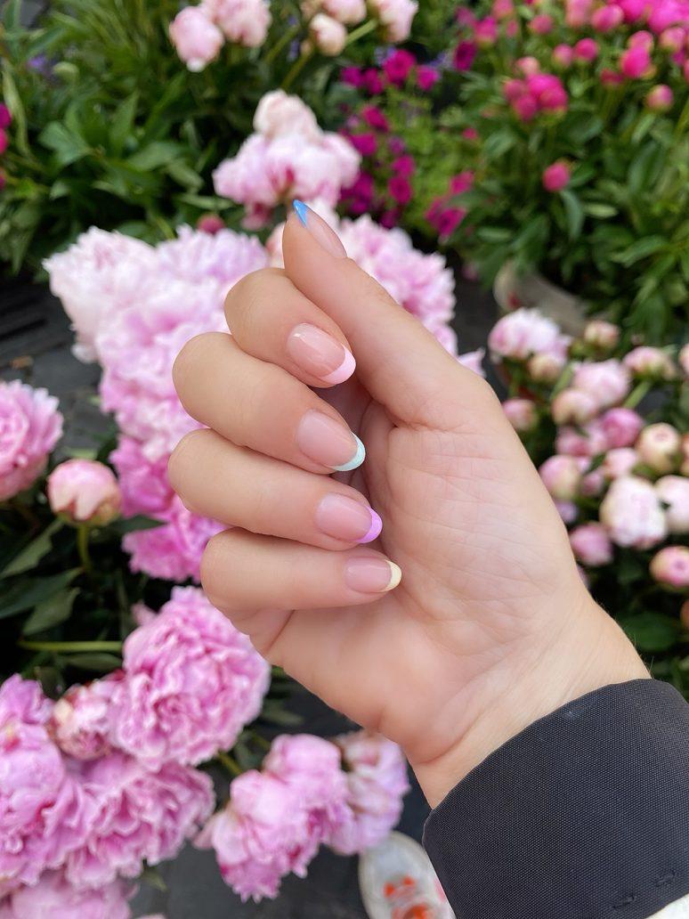 Foto di smalto primavera estate 2021 con french manicure