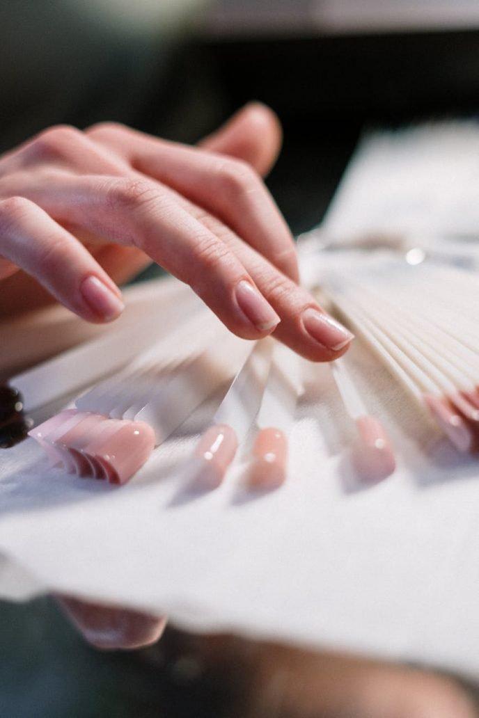Foto di mani curate con smalto naturale