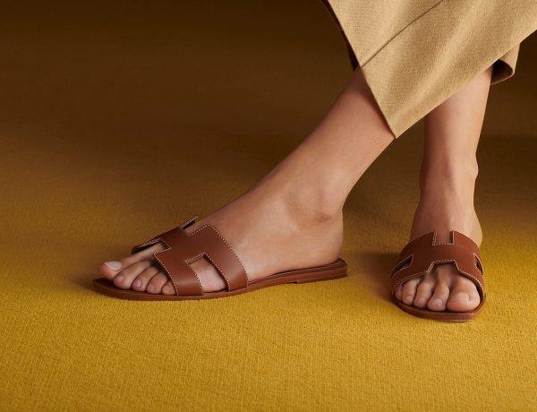 La storia dei sandali Oran di Hermès, un cult da avere nella scarpiera
