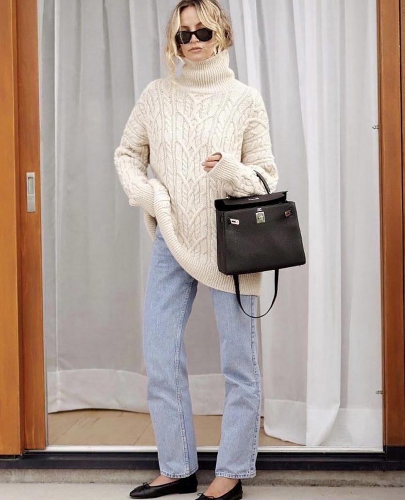 Outfit dell'autunno con maglione bianco e jeans